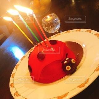 テーブルの上のバースデーケーキの皿の写真・画像素材[2777900]
