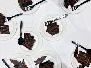 ケーキを乗せた白いお皿の写真・画像素材[1037144]