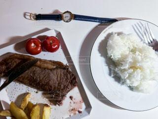 テーブルの上に食べ物のプレートの写真・画像素材[1037253]