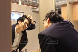 髪の生え際を気にする男性の写真・画像素材[2895381]