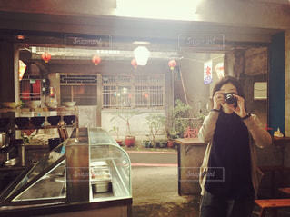 女性,20代,茶色,人物,旅行,立つ,路地,台湾,ベージュ,異国,オリエンタル,カメラを構える,レジャー・趣味,ミルクティー色
