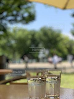 テーブルの上のグラスカップの写真・画像素材[2263709]