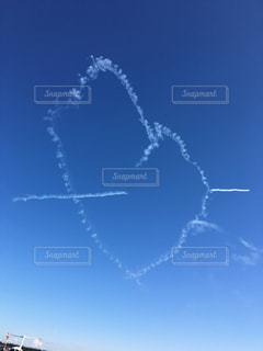 空を飛ぶ青と白の飛行機のグループの写真・画像素材[2266117]