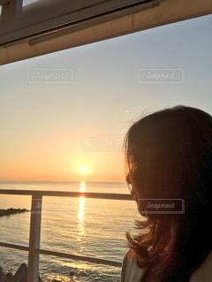 桟橋の前に立っている人の写真・画像素材[2269040]