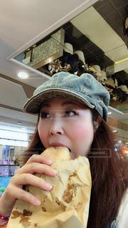 食べ物,屋内,ハンバーガー,帽子,パン,人物,人,食品,食べる,美味しい,マカオ,キャップ,美味い,大口,お腹すいた,大食い,セルカ,かぶりつく