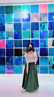 部屋に立っている人の写真・画像素材[2283513]
