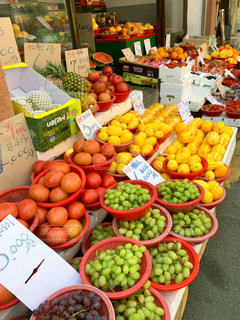 展示される様々な果物や野菜の写真・画像素材[2341792]