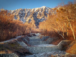 山を背景にした砂防ダムの写真・画像素材[2435891]