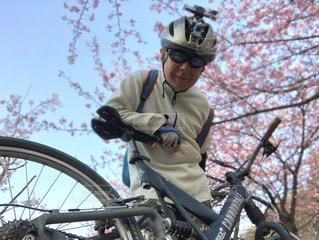 公園,春,自撮り,桜,自転車,サングラス,スマホ,人物,セルフィ,笑顔,ゴーグル,マウンテンバイク,サイクリング,MTB,草木,中年男性,春空,サイクリスト,ゴキゲン,リモートシャッター