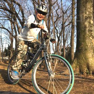 自撮り,自転車,サングラス,林,楽しい,セルフィ,マウンテンバイク,遊び,サイクリング,MTB,中年男性,心地良い,リモートシャッター