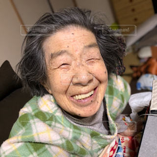 こたつでぬくぬく、笑顔の母の写真・画像素材[2826311]