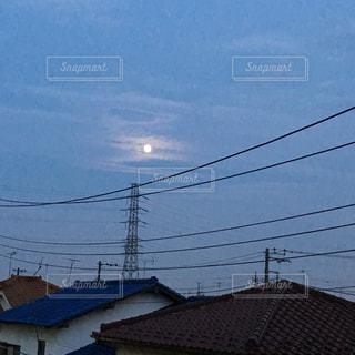 夕暮れの月の写真・画像素材[2988907]