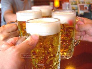 男性,飲み物,手,人物,人,イベント,グラス,ビール,泡,乾杯,ドリンク,パーティー,居酒屋,ジョッキ,手元,4人