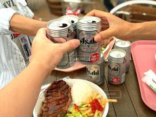 食べ物,飲み物,食事,屋外,仲良し,人物,人,旅行,イベント,グラス,ビール,乾杯,ステーキ,ドリンク,パーティー,親友,サーキット,手元,缶ビール,4人
