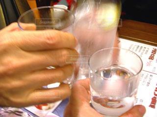 男性,3人,飲み物,屋内,手,ガラス,仲良し,人物,人,イベント,グラス,焼酎,乾杯,飲み会,ドリンク,パーティー,酒,親友,居酒屋,アルコール,手元,グラス焼酎