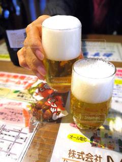 2人,食べ物,飲み物,食事,ランチ,屋内,仲良し,テーブル,人物,旅行,旅,イベント,グラス,ビール,カップ,乾杯,ドリンク,パーティー,食堂,親友,手元