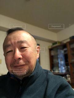 カメラを見ている男の写真・画像素材[3185283]