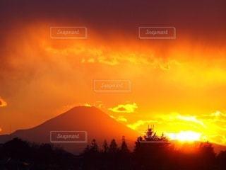 富士山と燃える夕陽の写真・画像素材[3349211]