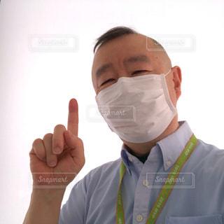 マスクで指差し笑顔のポーズの写真・画像素材[3553738]