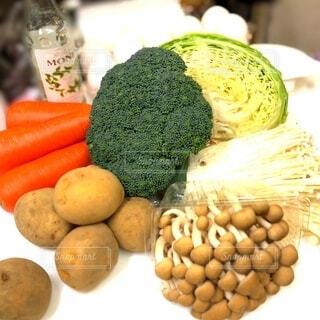 食べ物,キッチン,カラフル,楽しい,まな板,野菜,食品,ブロッコリー,キャベツ,料理,材料,明るい,新鮮,モヒート,献立,ジャガイモ,食材,レシピ,フレッシュ,生野菜,ベジタブル,きのこ,ニンジン,鮮度,しめじ,とれたて野菜,エノキ