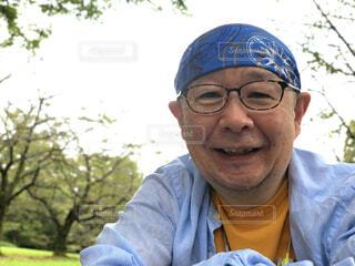 眼鏡をかけてカメラに向かって微笑む男の写真・画像素材[3691884]