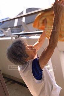 洗濯物を干す母の写真・画像素材[3732216]