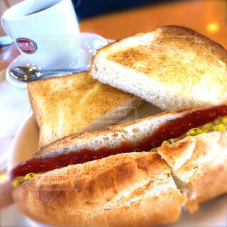 ホットドッグとバタートーストのモーニングセットの写真・画像素材[4601921]