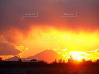 夕陽に浮かぶ富士山の影の写真・画像素材[4827945]