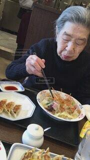 美味しく食べる母の写真・画像素材[4832077]