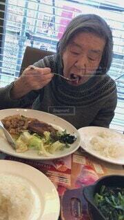 食べ物,食事,食卓,ランチ,フード,テーブル,休憩,元気,笑顔,サラダ,食べる,幸せ,健康,80代,高齢者,おばあちゃん,定食,美味しい,もりもり,母,夢中,ファーストフード,食欲,飲食,栄養,団らん,ランチセット,肉料理,ファミリーレストラン,食欲旺盛