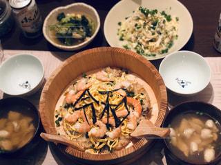 食卓に一杯の食べ物の写真・画像素材[2106941]