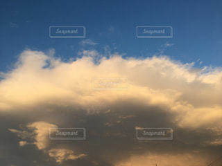 空,雲,青,茶色,オレンジ,ミルクティー色,可視光線