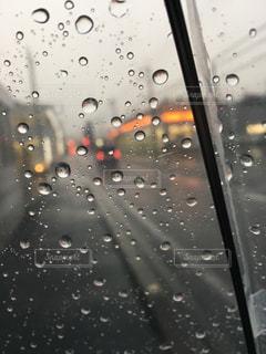 風景,空,雨,傘,水,透明,徒歩,車,水滴,車道,景色,街,自動車,水玉,透ける,街並,歩道,雫,街中,歩き,通り,しずく,クリア,雨粒,ビニール傘,悪天候,雨雲,クリアカラー,シースルー,ビニール,レイン,スケルトン,風景写真,クリアー,無色,鈍色の空