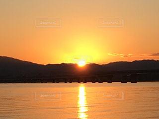 自然,風景,空,絶景,屋外,湖,太陽,朝日,雲,水,水面,日光,山,反射,オレンジ,光,リフレクション,日の出,湖面,スカイ,輝き,映り込み,サンライズ,橙色,湖岸