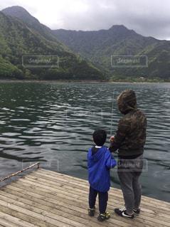 湖,親子,後ろ姿,キャンプ,釣り,フィッシング,ルアー