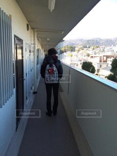 後ろ姿,廊下,男,人物,背中,後ろ,リュック