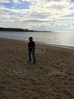 海,後ろ姿,砂浜,男,背中,野外,後ろ
