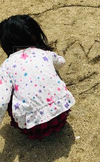 風景,砂,晴れ,後ろ姿,子供,人物,背中,人,後姿,地面,こども,書く,絵を描く,姿