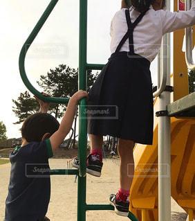 2人,公園,後ろ姿,子供,女の子,人物,背中,人,後姿,こども,遊具,男の子,兄弟
