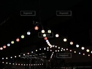 夜の赤い光のクローズアップの写真・画像素材[2271891]