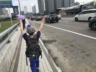 空,後ろ姿,道路,人物,人,シンガポール,小学生,男の子,冒険,お出かけ,国境,コーズウェイベイ,国境越え