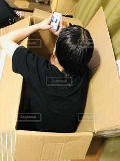 今時は「部屋とYシャツと私」ならぬ「スマホとダンボールと私」の写真・画像素材[2309839]