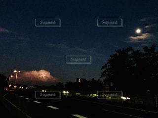 穏やかな月光vs怒りの雷の写真・画像素材[2429795]