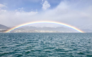 海の上の虹の橋の写真・画像素材[2508451]