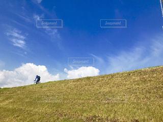 青空と青い服の写真・画像素材[2514770]