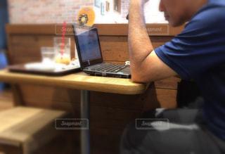男性,カフェ,ノートパソコン,PC,ビジネス,中年,リモートワーク,ビジネスシーン,リモート