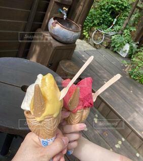 カントリー風の場所で食べるジェラートアイスの写真・画像素材[4679189]