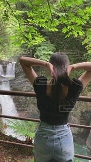 女性,自然,風景,髪,屋外,黒,ジーンズ,水面,女の子,滝,樹木,人物,背中,人,後姿,キラキラ,柵,女子高生,ロング,ツヤツヤ,ストレート,サラサラ,艶々,効果音