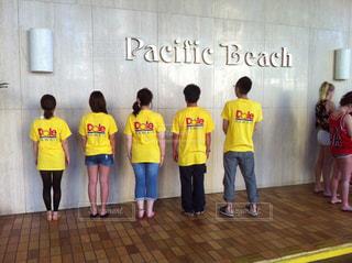 海,哀愁,後ろ姿,砂浜,黄色,女子,背中,パイナップル,ビーチサンダル,ホテル,ハワイ,手作り,ワイキキ,おそろい,ビーサン,社員,ワイキキビーチ,記念,インスタ,ドール,後ろ向き,インスタ映え,手作り人形,浮かれる,韓国人形