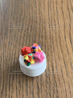 キャップの上には小さな小さなくす玉の写真・画像素材[3368535]